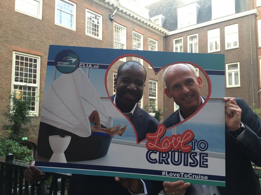 Orlando Ashford, President Holland America Line en Nico Bleichrodt, Managing Director Sales & Marketing, trappen 'Oktober Cruisemaand' af met een ludieke fotoactie ter promotie van cruisen.